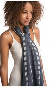 Модный способ завязывать шарф на шее.