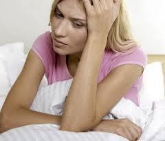 признаки перед месячными: тошнит, появляются прыщи, болит голова и грудь