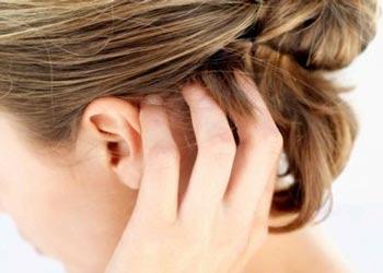 кожа на голове шелушится: почему и что делать