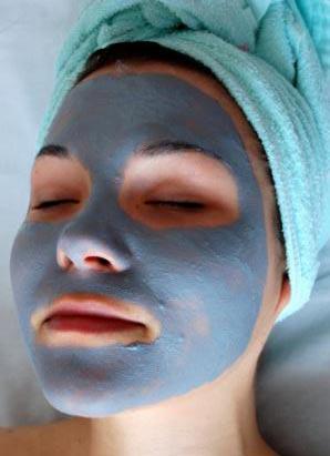 на фото маска из голубой глины для лица от прыщей