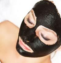 на фото маска из активированного угля